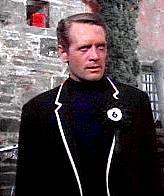 """Patrick McGoohan dans la série """"Le Prisonnier"""" (1967-1968) était aussi un numéro 6... Gloups !"""